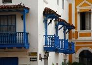 Vista de balcones en el centro histórico colonial de Cartagena de Indias