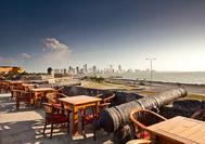 Vista a la silueta moderna de Cartagena de Indias desde Cafe del Mar