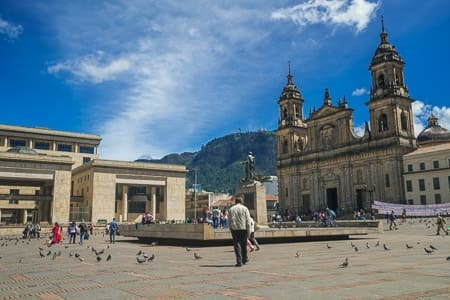 Viajes a Colombia| Plaza en centro de Bogotá