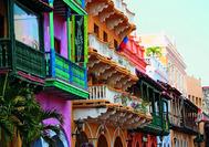 Las coloridas fachadas y sus balcones rebosando de flores en Cartagena de India