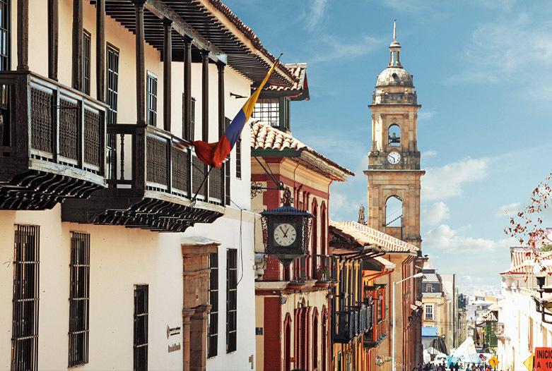 Viajes a Colombia | Candelaria con catedral, Bogota
