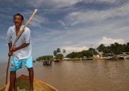 Lugareño navegando el río en La Guajira