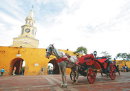 Carruaje de caballos esperando a visitantes en Cartagena
