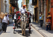 Paso de carruaje por una calle de Cartagena de Indias